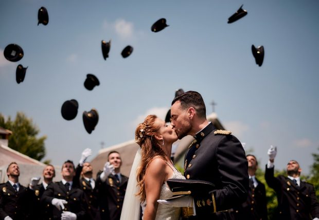 Fotógrafo boda valencia NOVIOS LANZAMIENTO GORRA POLICIA